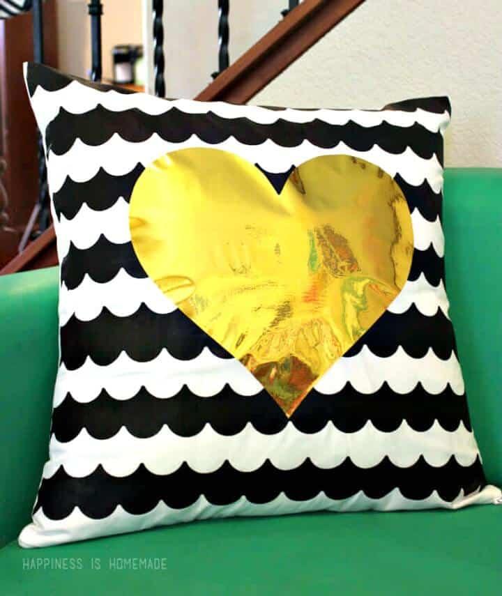 Almohada de rayas festoneada fácil y linda de bricolaje con corazón dorado metálico