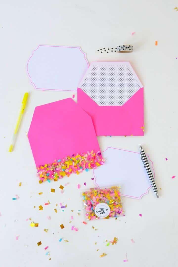 Cómo decorar un sobre con confeti