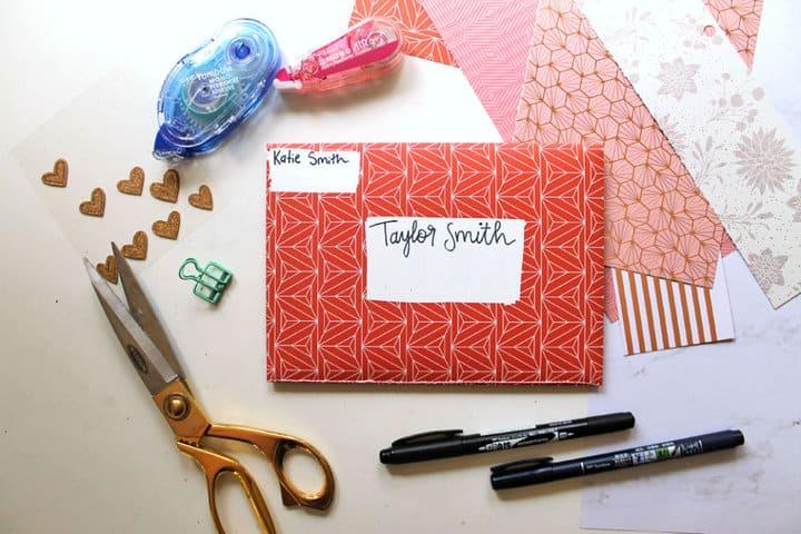 Cómo hacer un álbum de recortes de sobres que puede enviar por correo