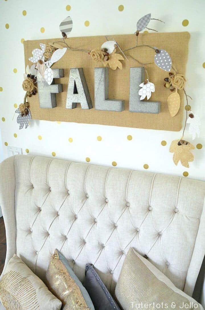 Cómo hacer un colgante de pared de arpillera de otoño y letras de metal