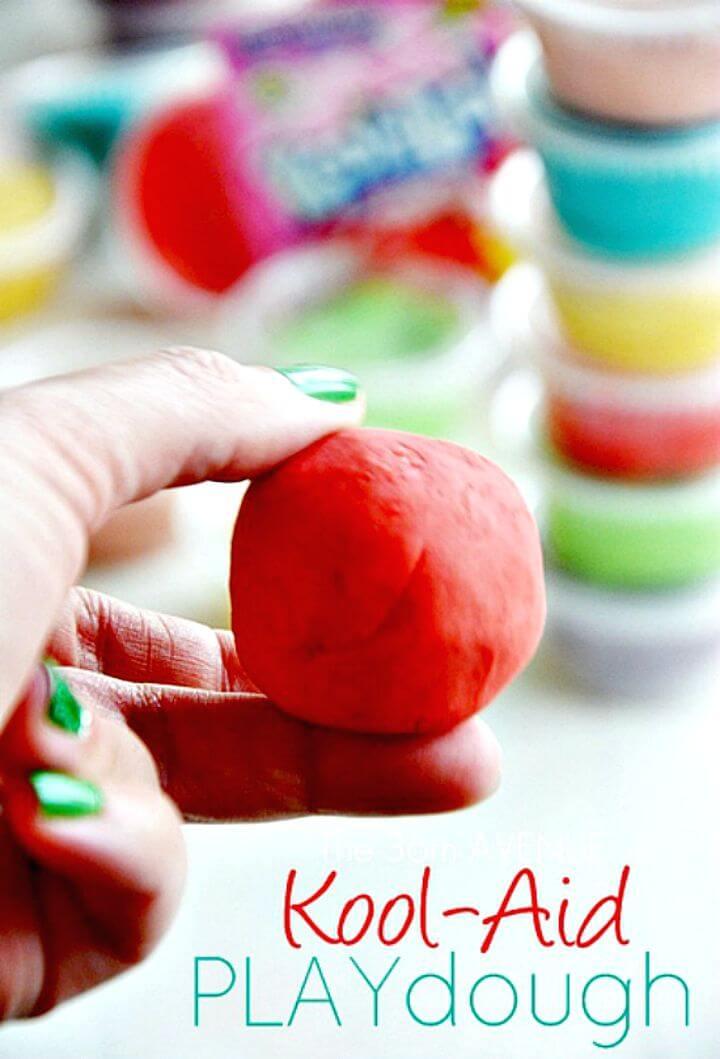 Hacer plastilina con kool-aid con niños