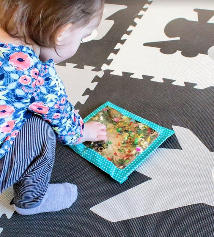 Cómo hacer bolsas sensoriales para bebés y niños pequeños