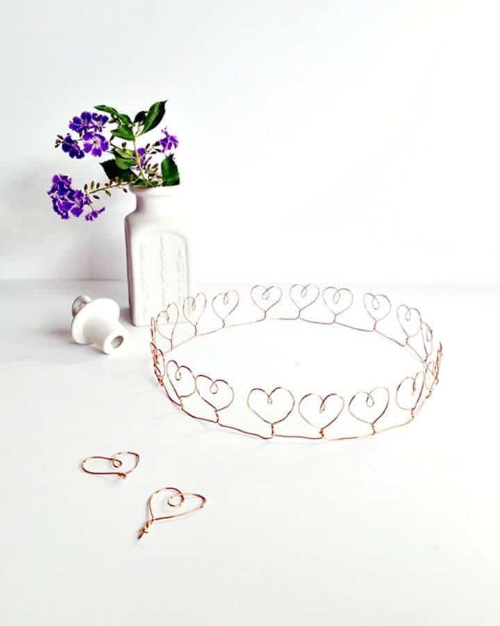 Cómo hacer una corona de corazón de alambre - DIY