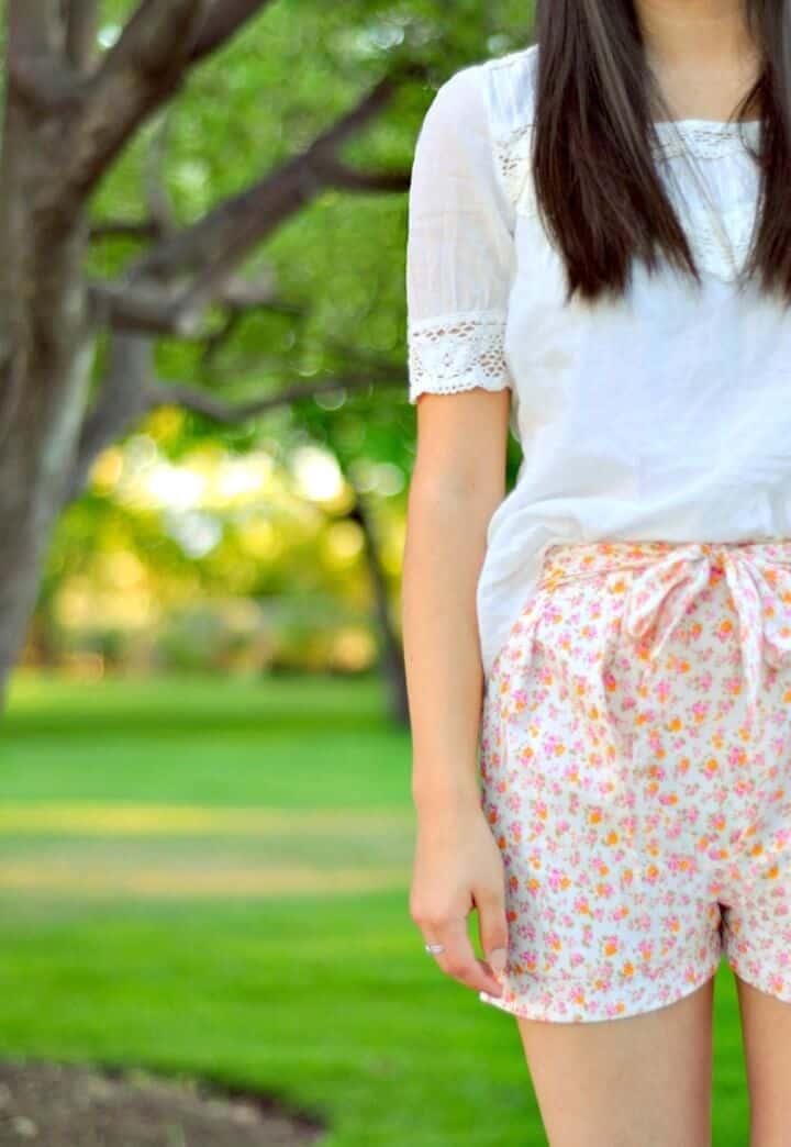 Cómo coser pantalones cortos plisados con flores con un lazo