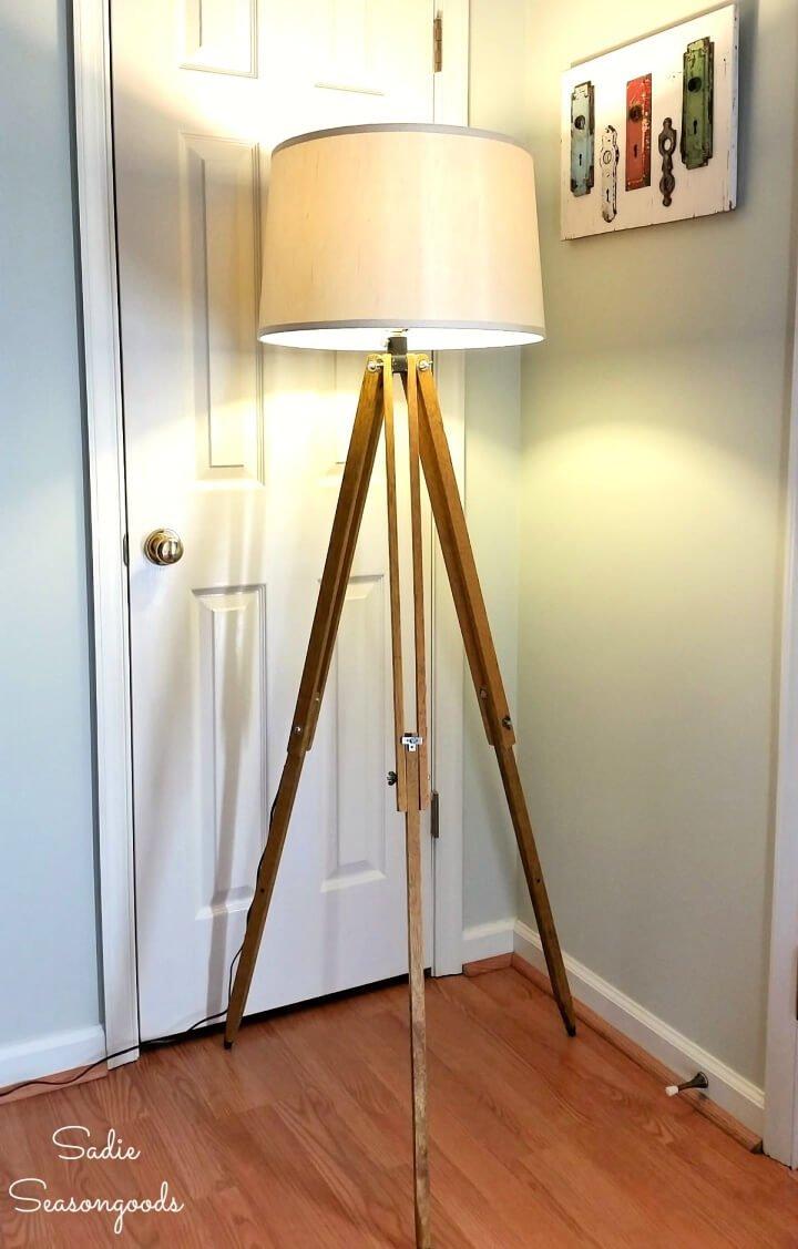 Lámpara de pie industrial de un trípode de topógrafos