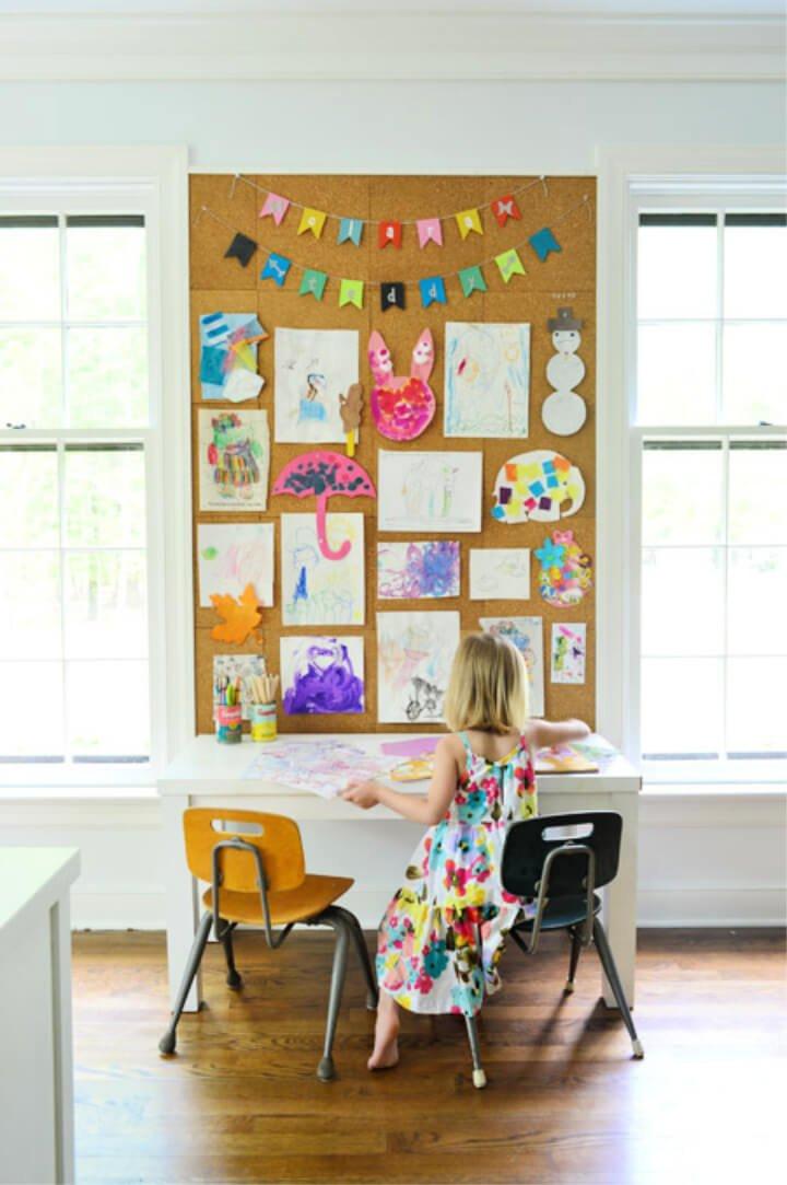 Hacer una pared de tablero de corcho gigante para el arte infantil