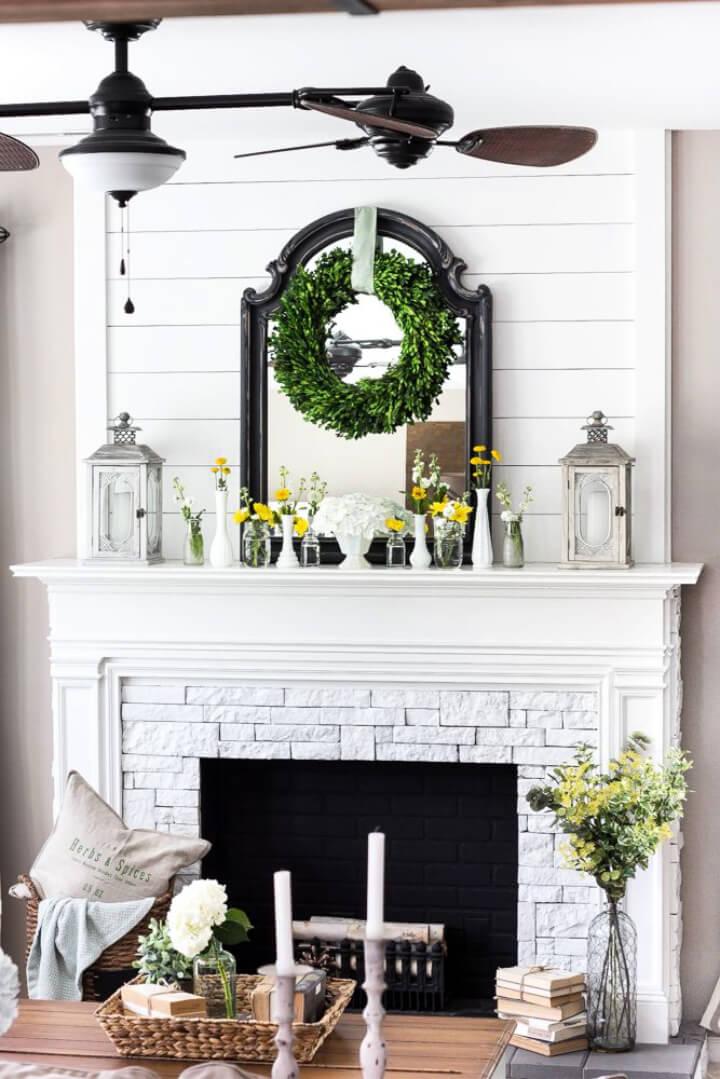 Chimenea blanca de la casa de campo de la decoración de la chimenea