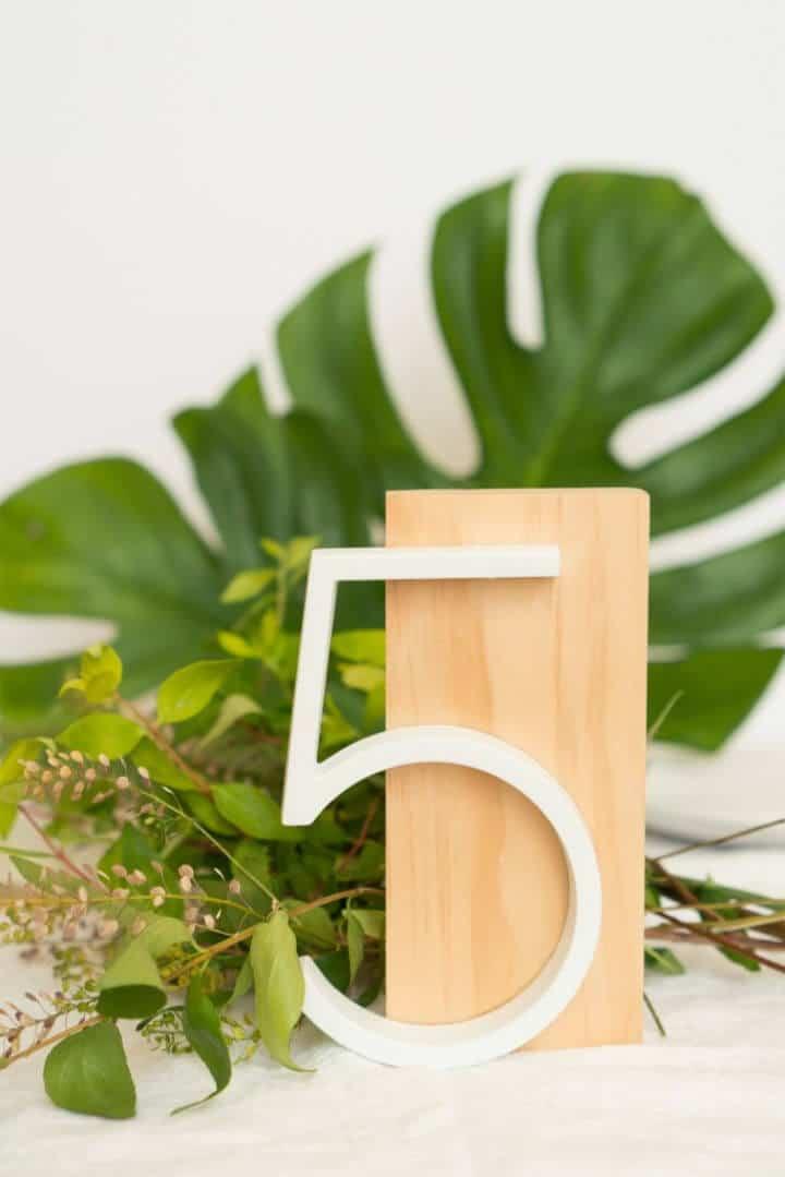 Números de mesa de bricolaje modernos para bodas