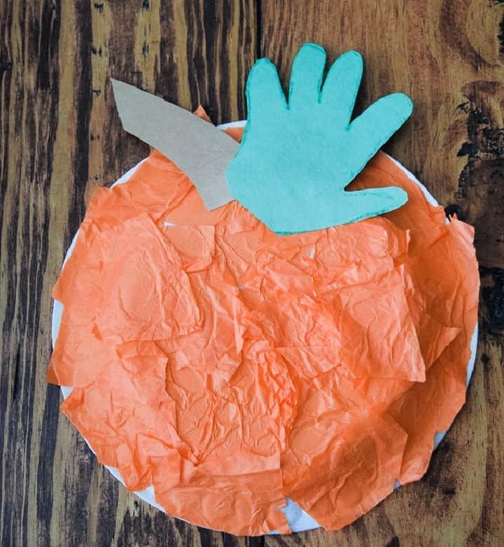 Calabaza con estampado de mano de plato de papel