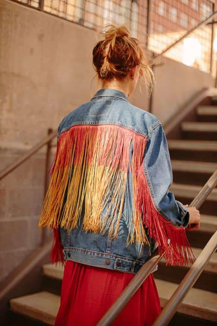 Bonita chaqueta de mezclilla con flecos de bricolaje, agrega las chaquetas de mezclilla con los flecos de colores y crea un atractivo especial bohemio