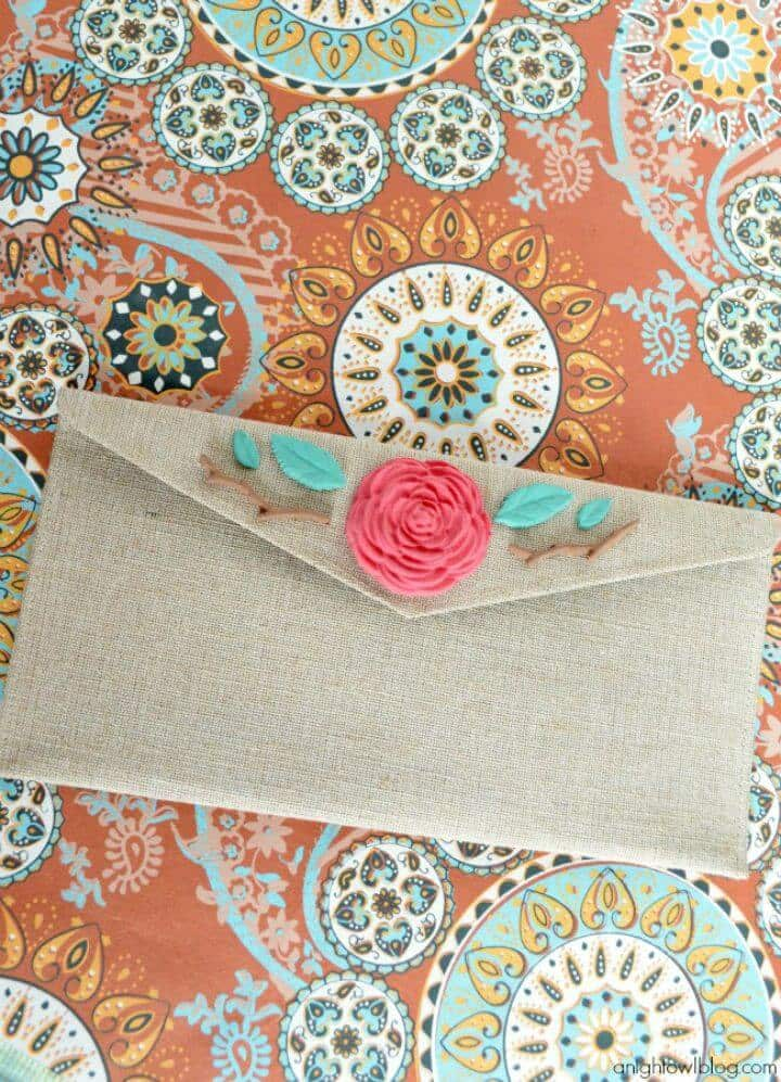 Clutch de arpillera floral DIY