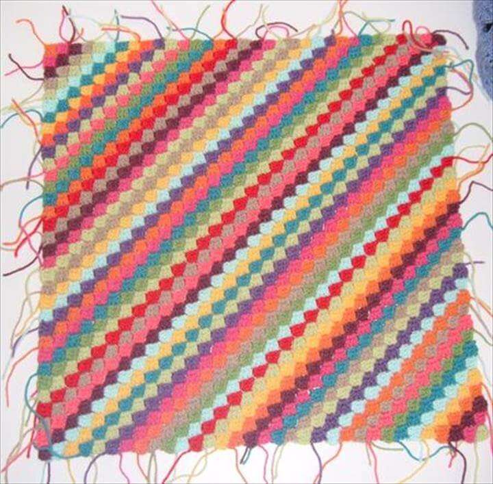 Patrón de manta de ganchillo de líneas diagonales de arco iris de bricolaje