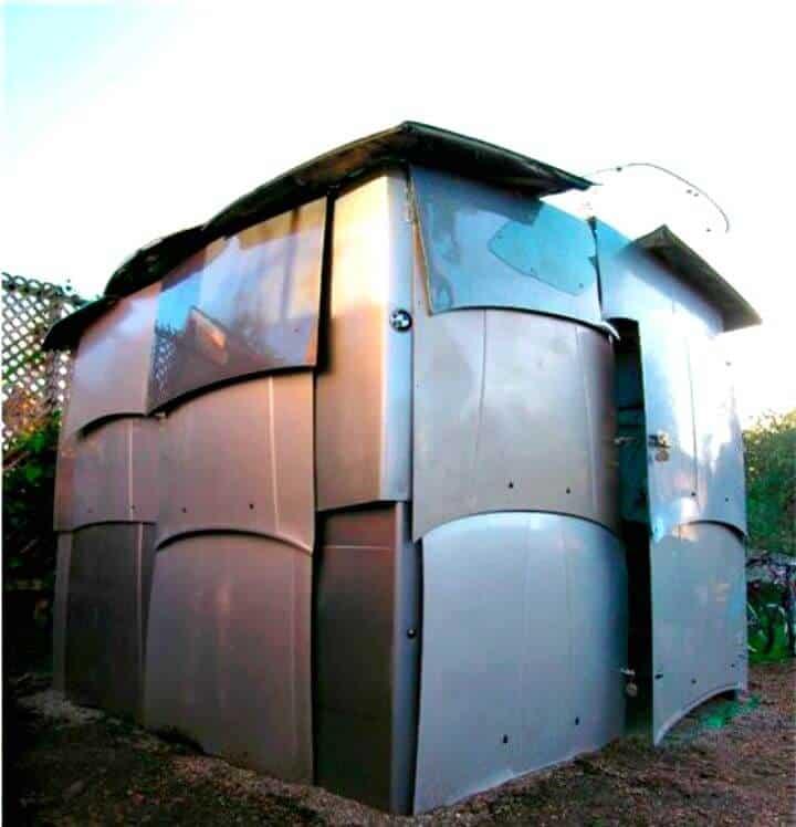 El cobertizo está construido completamente con piezas de automóvil recicladas.