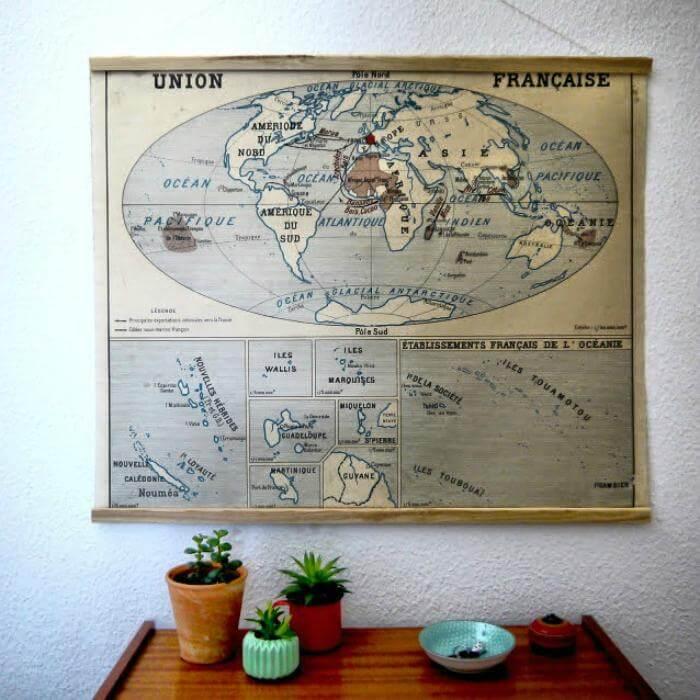 Colgador de carteles retro construido por bricolaje con varillas de madera