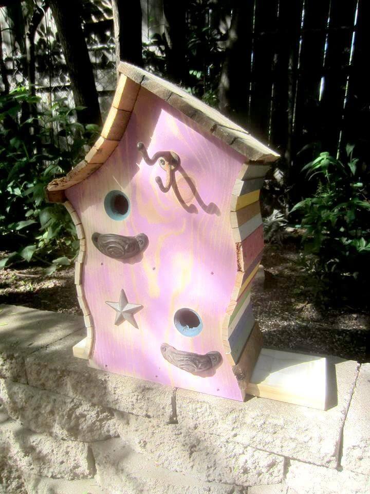 Casa del pájaro de la plataforma de madera