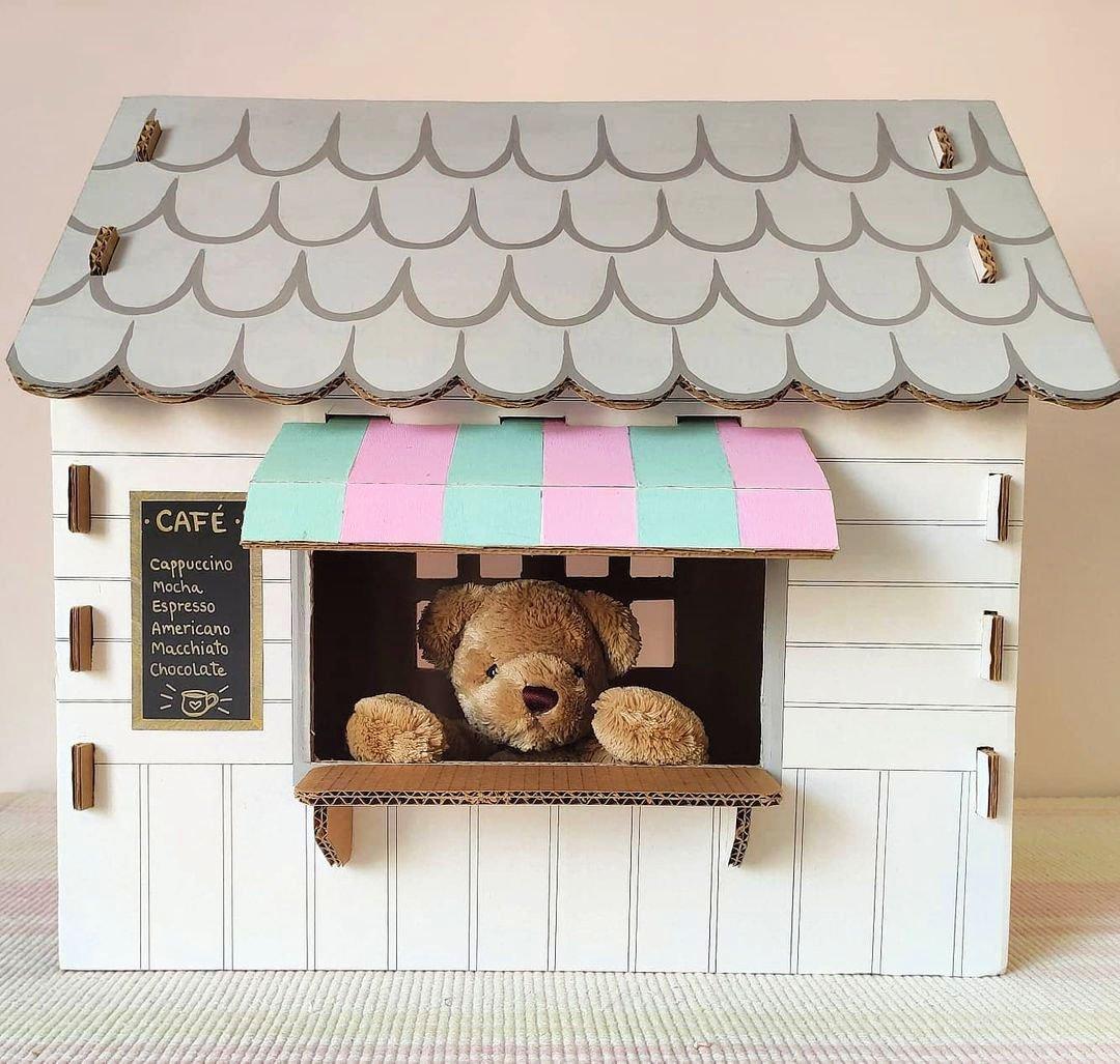 casita de muñecas fuera de caja de cartón