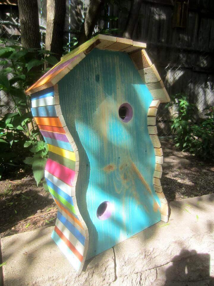 Linda casa de pájaros de paleta