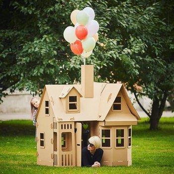 casa de caja de cartón al aire libre